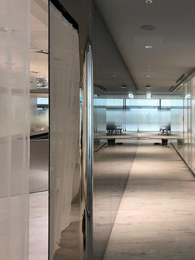 独立壁の通路側はステンレス鏡面パネルで納めている