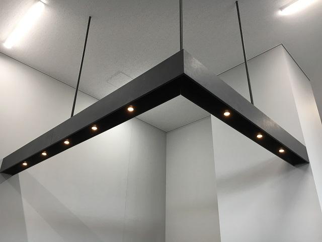 側板と吊ボルトカバーはりん酸亜鉛処理で照明BOX内部は黒塗装