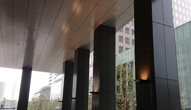 「Otemachi Oneタワー」車寄せピロティのアルミ製柱型カットパネル