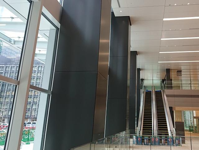 「Otemachi Oneタワー」エントランスロビーのアルミ製柱型カットパネル