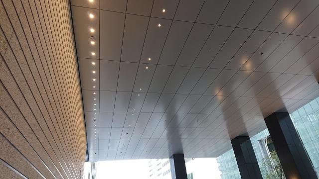 「Otemachi Oneタワー」車寄せピロティのアルミ軒天井パネル