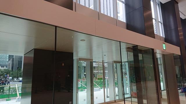 エントランスロビー風除室の天井・幕板・屋根パネルもKIKUKAWA製