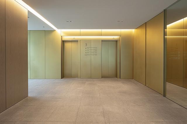 鮮やかなゴールド色の特注真鍮材を採用した壁パネル