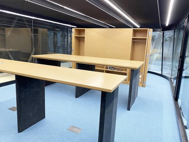 Satellite Officeのスタンディングスペース。中央家具の側面に可動式の衝立が収納されている