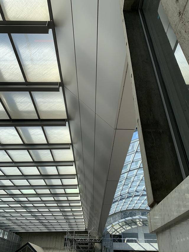 アルミ複合板でリニューアルした梁パネル(斜部側)