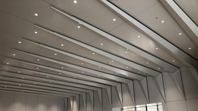 アルミ製折り板パネルが空間を特徴づけている