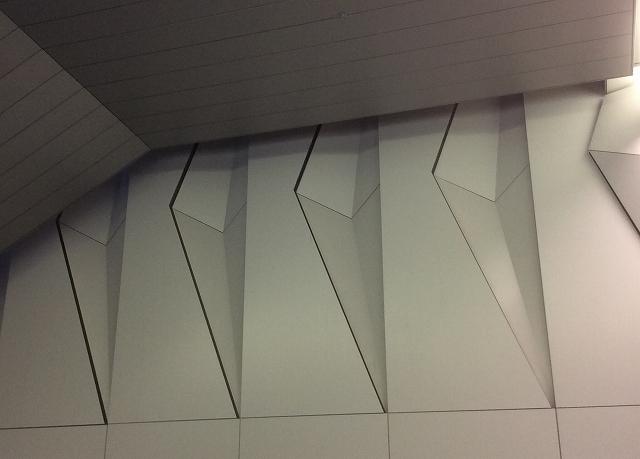 谷型の三角錐形状を2枚繋いで菱形を形成している